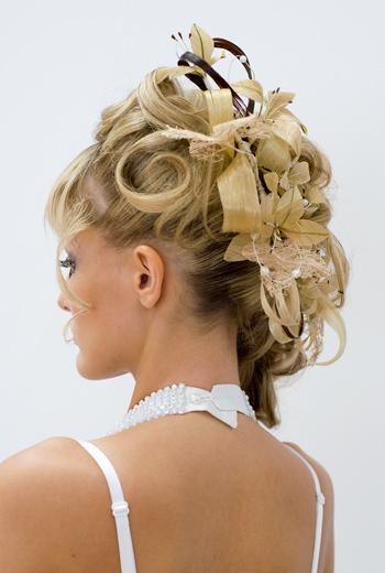 Свадебная прическа с постижерным украшением